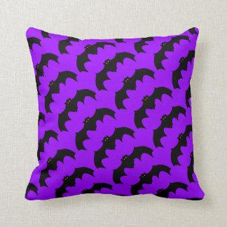 紫色こうもりパターン黒の飛んでいるなこうもりのオレンジ目 クッション