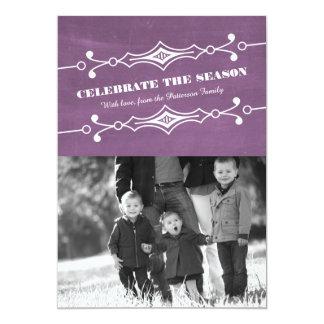 紫色によって傾けられる黒板の休日の写真平らなカード カード