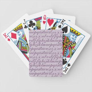 紫色に文字を入れるエレガントなヴィンテージの原稿のタイポグラフィ バイスクルトランプ