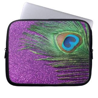 紫色のきらびやかな孔雀の羽の静物画 ラップトップスリーブ