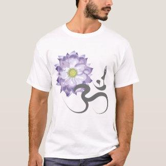 紫色のはすの花のヨガOmの書道のTシャツ Tシャツ