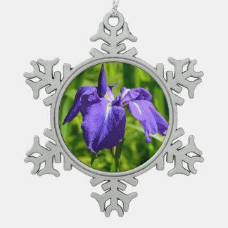 紫色のアイリス花のクリスマスのオーナメント スノーフレークピューターオーナメント
