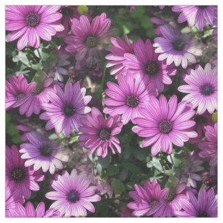 紫色のアフリカデイジーによっては自然の花柄パターンが開花します ファブリック