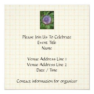 紫色のアーティチョークの花。 ベージュ点検 カード