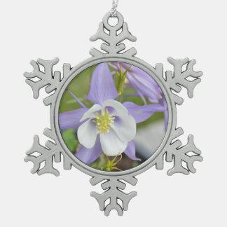 紫色のオダマキ(植物) スノーフレークピューターオーナメント