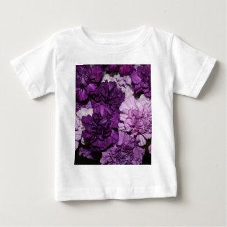 紫色のカーネーションのフラワーアレンジメント ベビーTシャツ