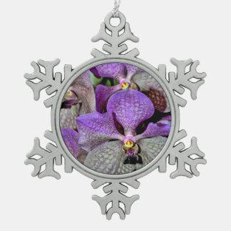 紫色のガ蘭によってはクリスマスのオーナメントが開花します スノーフレークピューターオーナメント