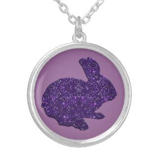 紫色のグリッターのシルエットのイースターのウサギのネックレス シルバープレートネックレス