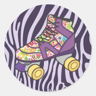 紫色のシマウマのローラースキーズのスケートのパーティーのステッカー ラウンドシール