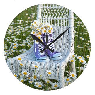 紫色のスニーカーのデイジーの花束 ラージ壁時計