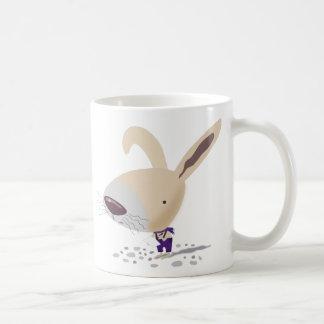 紫色のズボンの少しバニーはマグを書いています コーヒーマグカップ