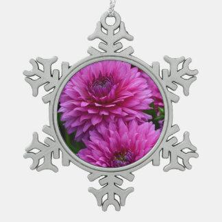 紫色のダリアによってはクリスマスのオーナメントが開花します スノーフレークピューターオーナメント