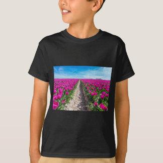 紫色のチューリップおよび道が付いている花分野 Tシャツ