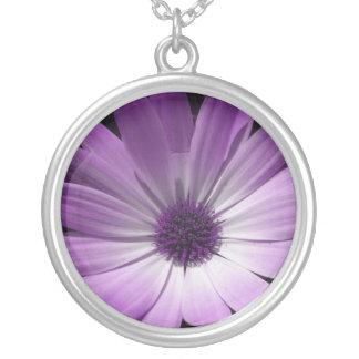 紫色のデイジーの花のネックレス シルバープレートネックレス