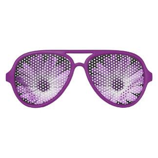 紫色のデイジーの花のパーティーの陰 アビエーターサングラス