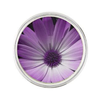 紫色のデイジーの花のラペルピン ラペルピン