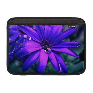 紫色のデイジー MacBook スリーブ