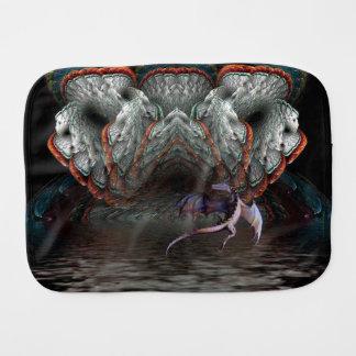 紫色のドラゴンは照らされた洞窟の前に飛びます バープクロス
