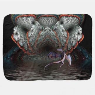 紫色のドラゴンは照らされた洞窟の前に飛びます ベビー ブランケット