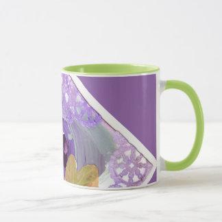 紫色のバラおよび蝶マグ マグカップ