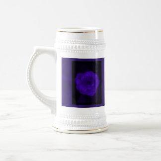 紫色のバラ。 黒くおよび暗い紫色を使って ビールジョッキ