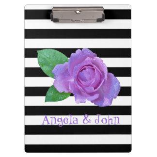 紫色のバラ、黒、名前入りな白のストライプ クリップボード