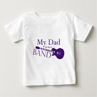 紫色のパパはバンドにあります ベビーTシャツ