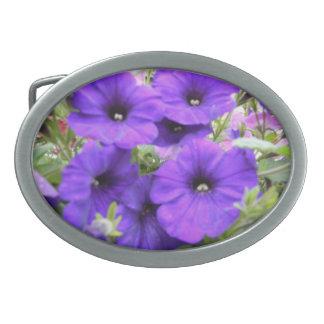 紫色のパンジーによってはベルトの留め金が開花します 卵形バックル