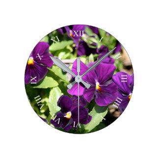 紫色のパンジーのローマ数字の柱時計 ラウンド壁時計