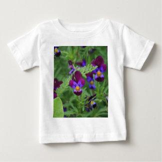 紫色のパンジー ベビーTシャツ