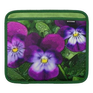 紫色のビオラの花 iPadスリーブ