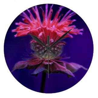 紫色のピンクのラズベリーのワインの蜂香油の花 ラージ壁時計