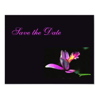 紫色のピンクの花のモダンの保存日付の結婚式 カード