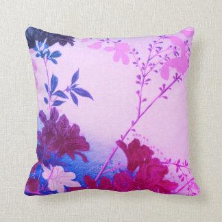 紫色のピンクの青い春の花の装飾用クッション クッション