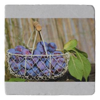 紫色のプラムのバスケット トリベット
