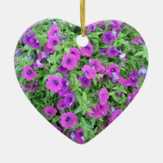 紫色のペチュニアのオーナメント 陶器製ハート型オーナメント