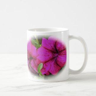 紫色のペチュニアのマグ コーヒーマグカップ