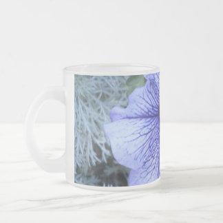 紫色のペチュニアのマグ フロストグラスマグカップ