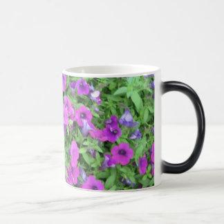 紫色のペチュニアのマグ マジックマグカップ