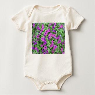 紫色のペチュニアの幼児オーガニックなクリーパー ベビーボディスーツ