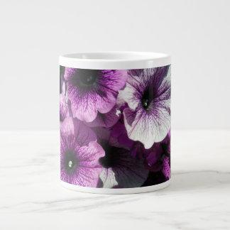 紫色のペチュニアの楽園 ジャンボコーヒーマグカップ