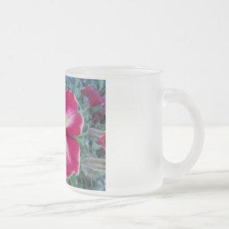 紫色のペチュニアの花の曇らされたガラスのマグ フロストグラスマグカップ