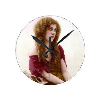 紫色のヴィンテージジプシーGalの色によって染められる写真 ラウンド壁時計