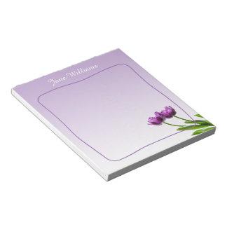 紫色の対のチューリップの春の花柄は写真を隔離しました ノートパッド