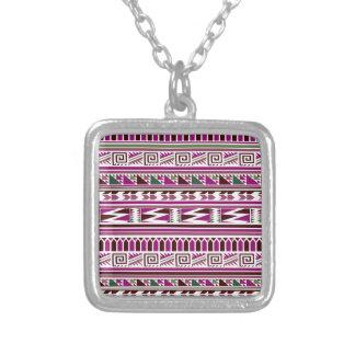 紫色の幾何学的でモダンでアステカな種族のプリントパターン シルバープレートネックレス