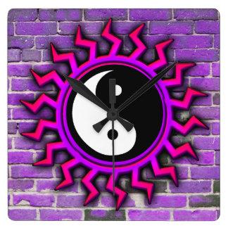 紫色の日が差すことの陰陽のレンガ壁の時計 スクエア壁時計