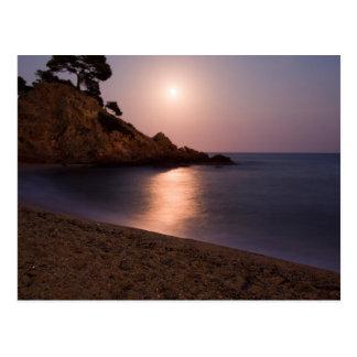 紫色の日没のビーチカタロニア、スペイン ポストカード