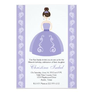 紫色の服のブルネットのキンセアニェラの招待状 カード