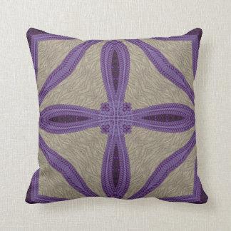 紫色の模造のな刺繍 クッション