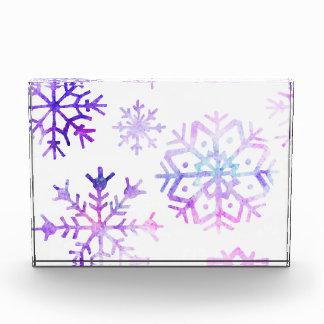紫色の水彩画の雪片のクリスマスのデザイン 表彰盾
